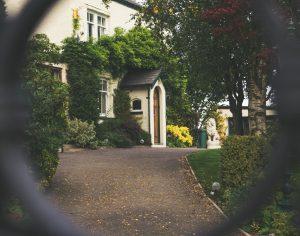 Huis gezien door hekwerk