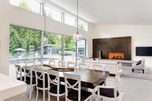 Grote glazen schuifpui aan woonkamer