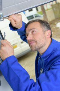 Garagedeurspecialist aan het werk